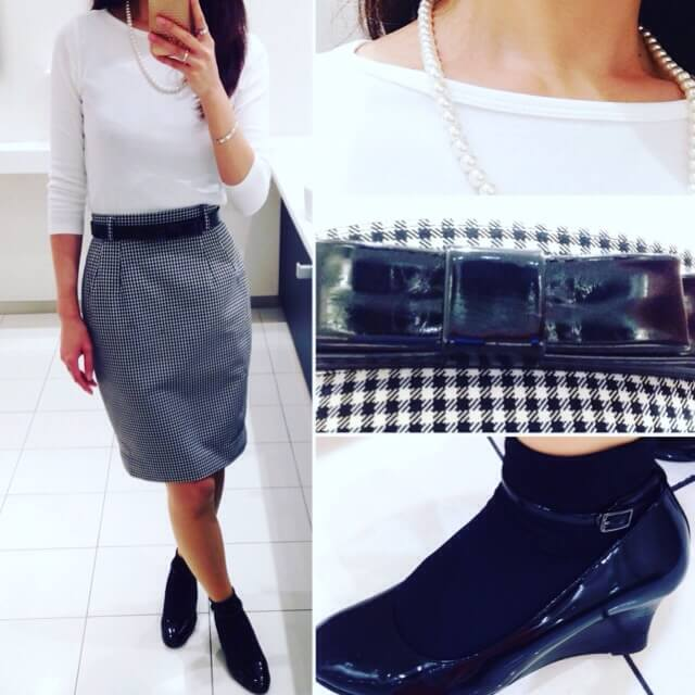 白のボートネックカットソーと白と黒のギンガムチェックのタイトスカートを組み合わせたコーディネート。