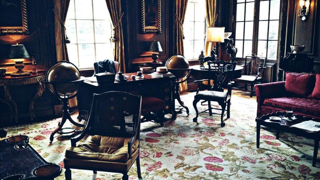 アンティークな雰囲気の部屋の画像。