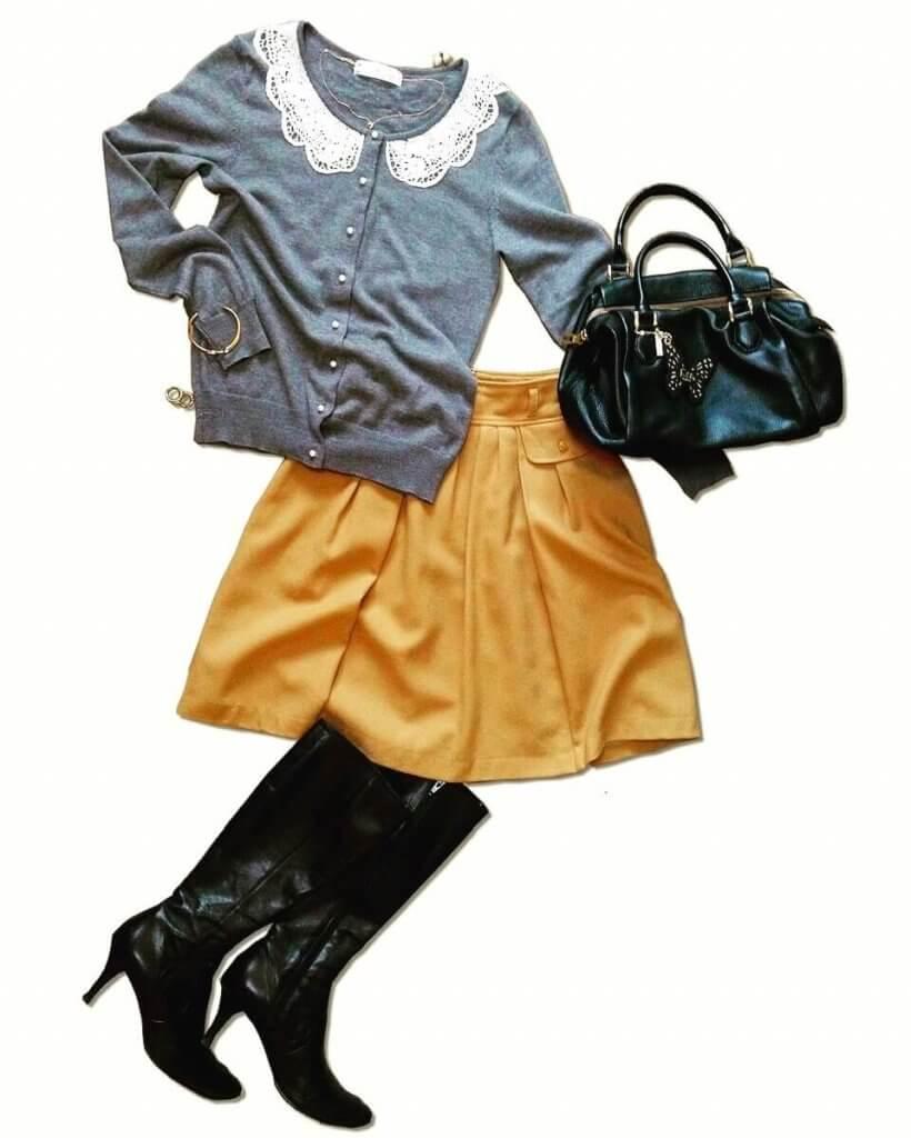 グレーの襟付きカーディガンにキャメルのフレアスカートを合わせたコーディネート。