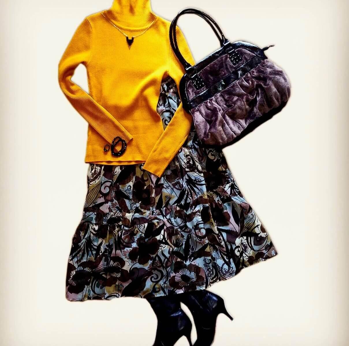マスタード色のタートルニットに花柄のロングスカートを合わせたコーディネート。