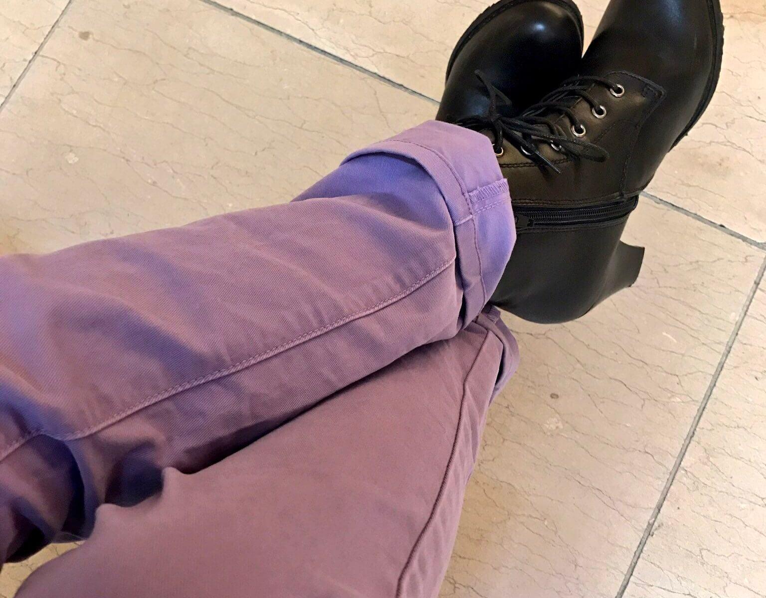 ラベンダー色のカラーパンツとショートブーツ