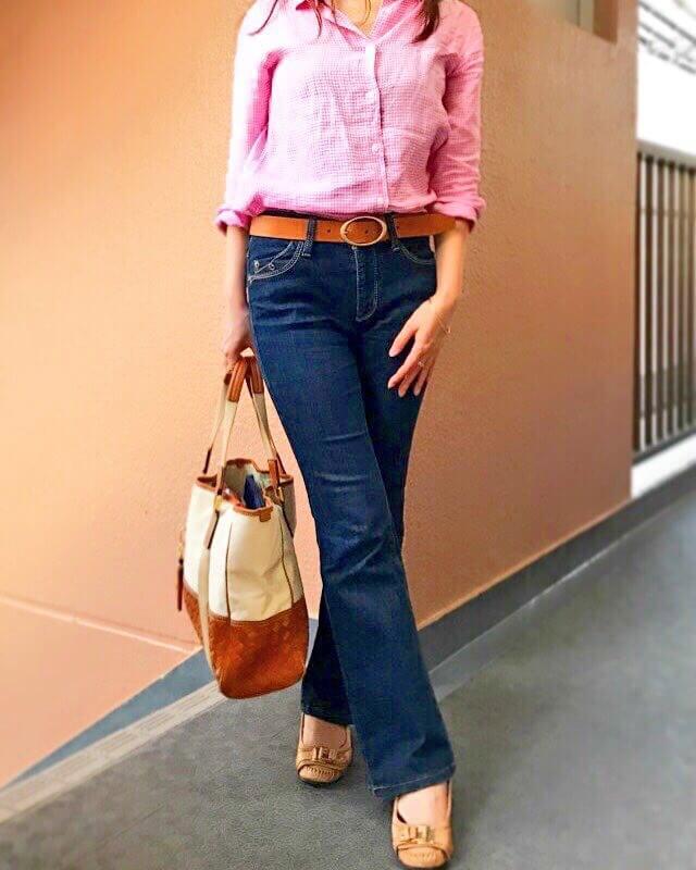 ピンクと白のギンガムチェックシャツとデニムのコーディネート。