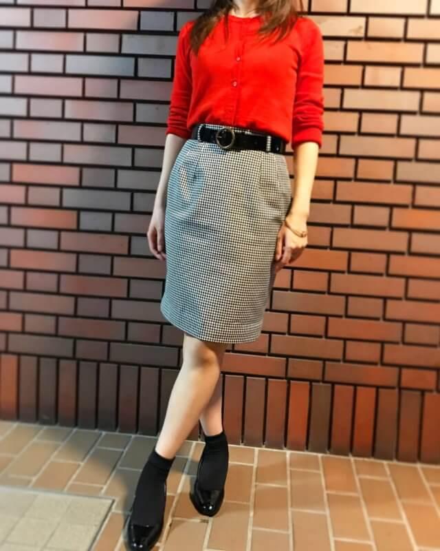 赤のカーディガンに白と黒のギンガムチェックのタイトスカートと合わせたコーディネート