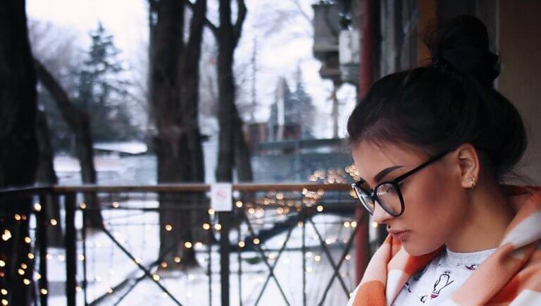 お団子ヘアの冬の女性