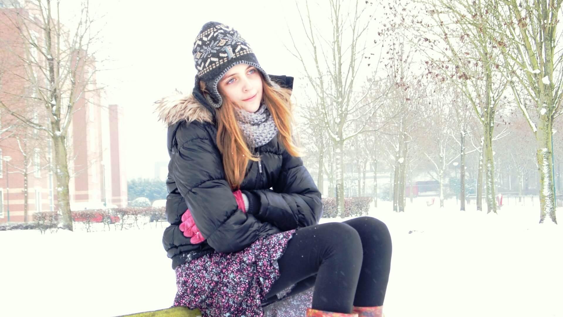 ミニスカートを穿く冬の女性