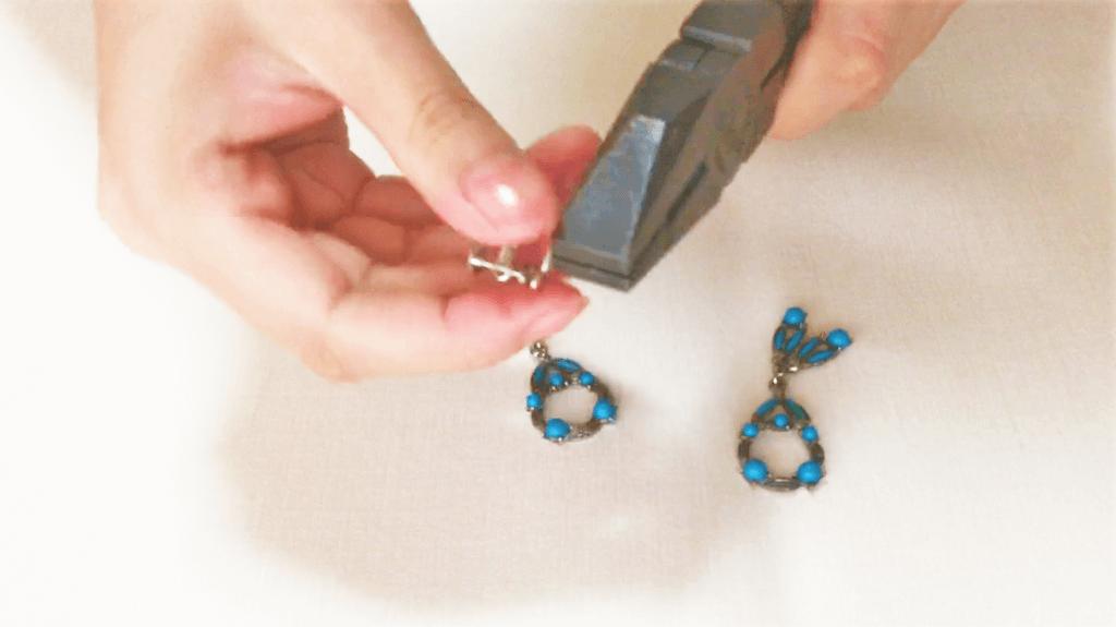 イヤリングパーツの輪っかをペンチで取る