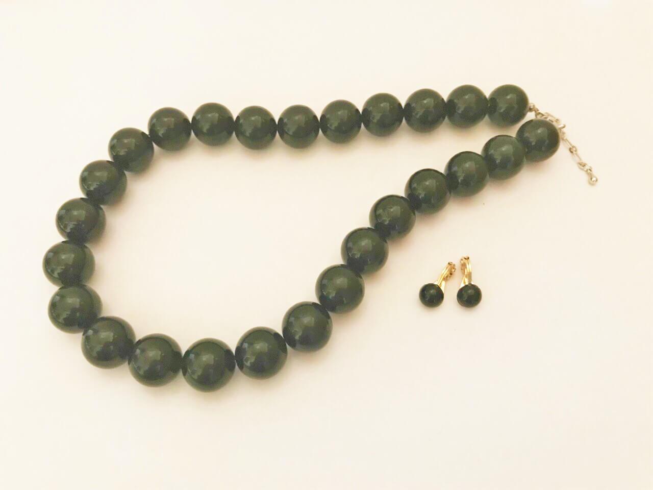 ブラックのボールネックレスとイヤリング