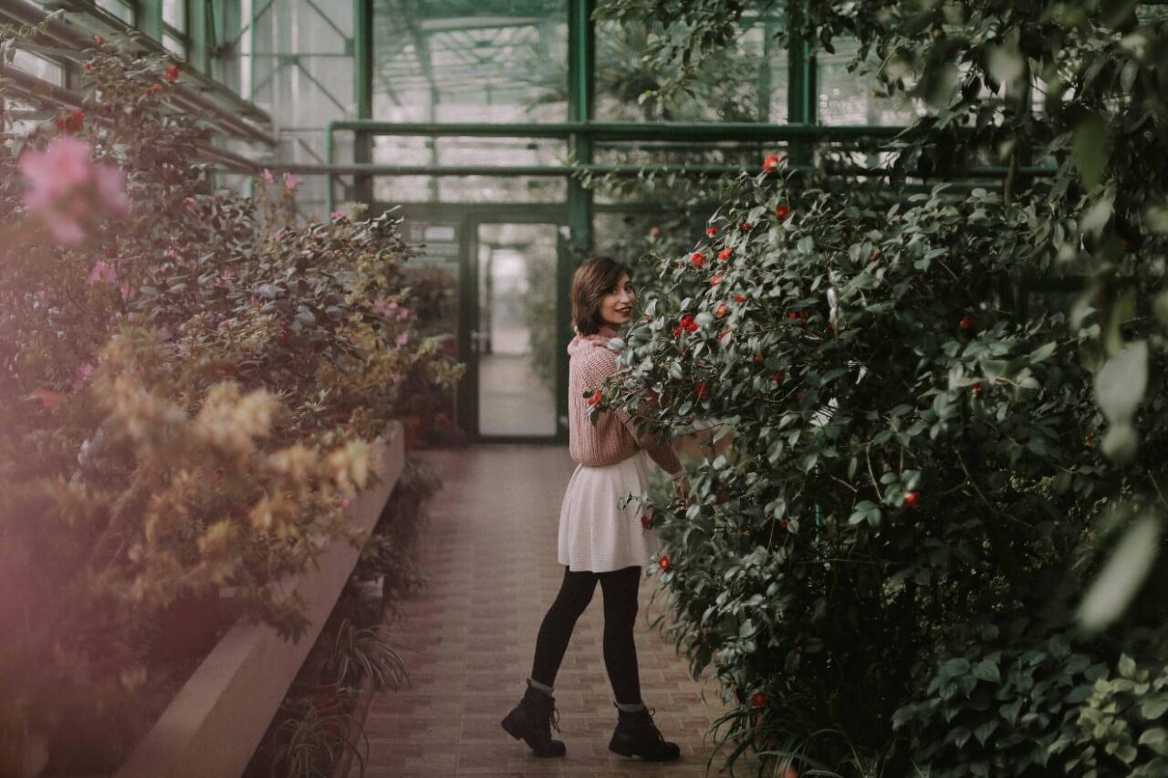 ミニスカートを穿いた植物園にいる女性