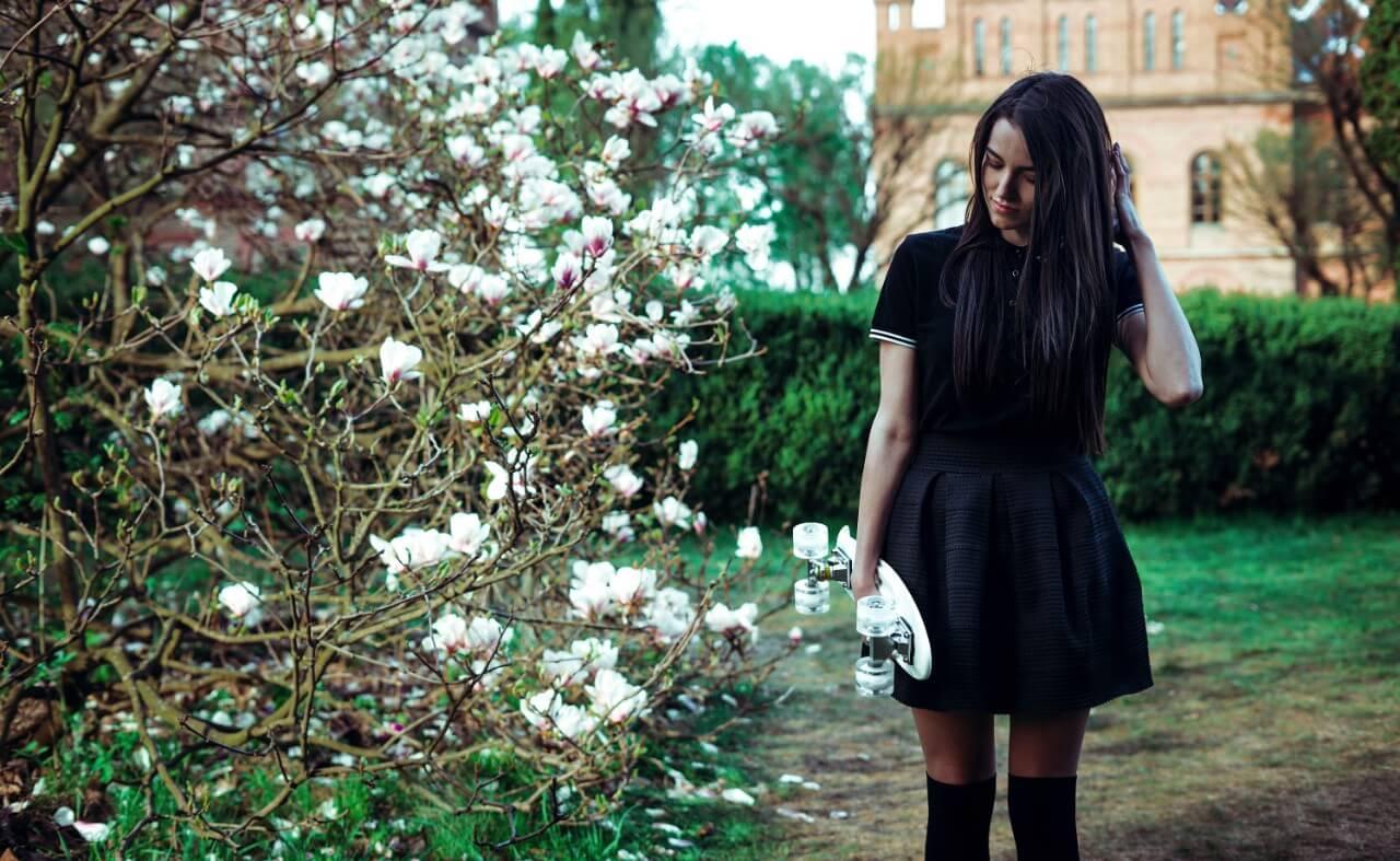 黒いミニスカートを穿いた女性
