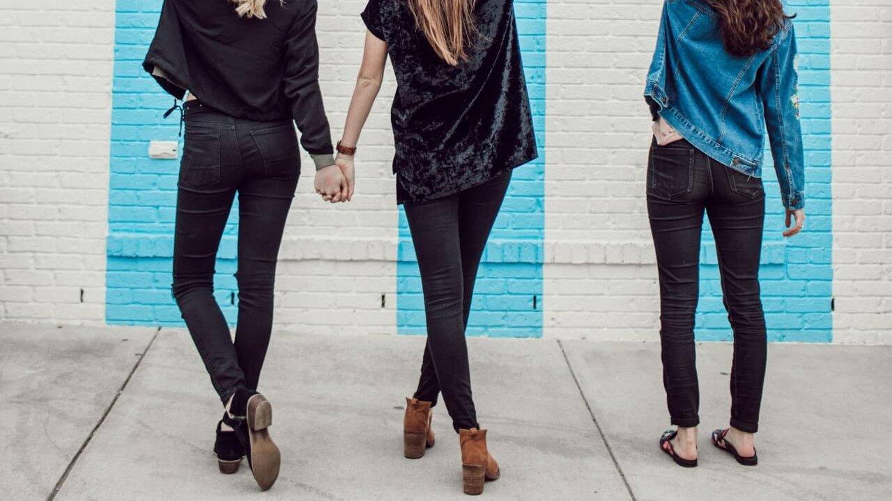 スキニーパンツを穿いた3人の女性