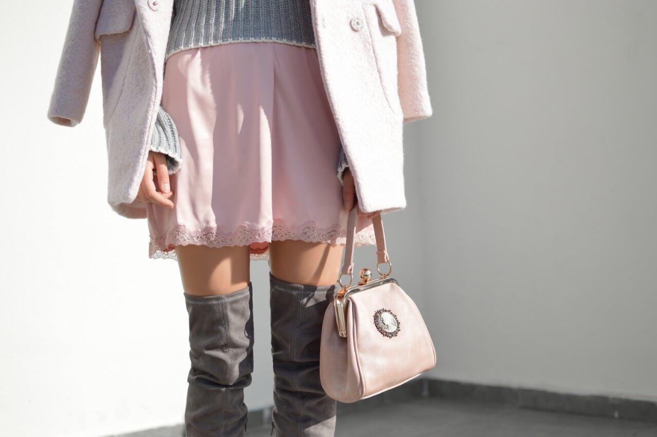 ミニスカートとニーハイブーツを履いている女性