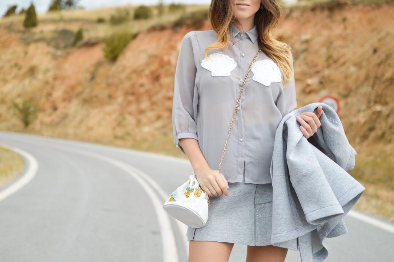 グレーのミニスカートを履いている女性